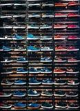 Un bon nombre de différentes espadrilles sur l'étalage sur le marché Image des chaussures de sport sur la vitrine Photo stock