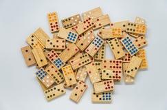 Un bon nombre de dominos en bois sur le fond blanc avec le foyer sélectif Images libres de droits