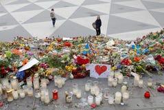 Un bon nombre de fleurs à Stockholm central des personnes payant le respect photos libres de droits