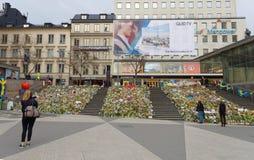 Un bon nombre de fleurs à Stockholm central des personnes payant le respect image libre de droits