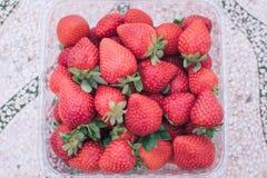 Un bon nombre de fraises mûres images stock