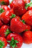 Un bon nombre de fraises parfaites mûres. Photo libre de droits