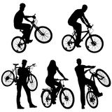 Un bon nombre de gens, bicyclettes, positionnement Photo stock