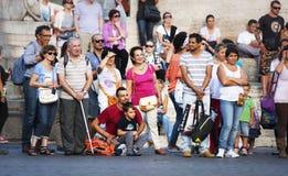 Un bon nombre de gens de touristes alignés Image stock