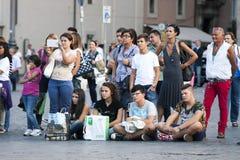 Un bon nombre de gens de touristes alignés Photographie stock libre de droits