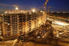 Un bon nombre de grues à tour construisent les bâtiments résidentiels ayant beaucoup d'étages Images libres de droits