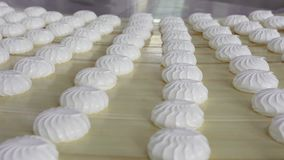 Un bon nombre de guimauve blanche et fraîche sur une table en bois légère, vue de côté confiserie Production de guimauve clips vidéos