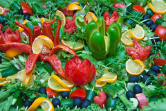 Un bon nombre de légumes coupés sur un plateau Images stock