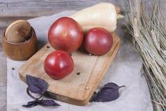 Un bon nombre de légumes crus frais sur un conseil en bois image libre de droits