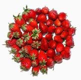 Un bon nombre de mûr, frais, juteux, des fraises sont étendus en cercle, sur le fond blanc Images stock