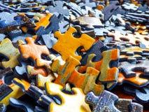 Un bon nombre de morceaux de puzzle denteux photographie stock