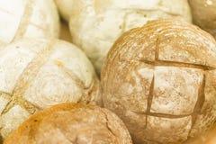Un bon nombre de pain frais et de plan rapproché de tranches images stock