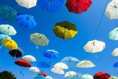 Un bon nombre de parapluies colorant le ciel dans la ville de Pai Images libres de droits