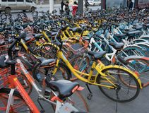 Un bon nombre de partager de vélo du plan rapproché de plusieurs marques Photos stock