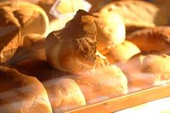 Un bon nombre de petits pains cuits au four chauds images stock