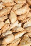 Un bon nombre de petits pains frits de samosa Images stock