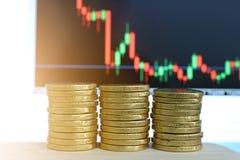 Un bon nombre de pi?ces d'or dispos?es ensemble, concept, affaires, investissement, en valeur beaucoup, l'?pargne, fond, actions, photos stock