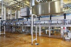 Un bon nombre de pipes et de convoyeurs dans la grande usine Photos libres de droits