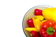 Un bon nombre de poivrons doux dans la cuvette Image stock