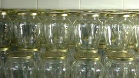 Un bon nombre de pot en verre propre avec des couvercles banque de vidéos