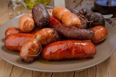 Un bon nombre de saucisse espagnole rôtis en poterie de terre Photographie stock libre de droits