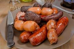 Un bon nombre de saucisse espagnole rôtis en poterie de terre Image stock