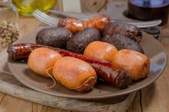 Un bon nombre de saucisse espagnole rôtis en poterie de terre Photos libres de droits