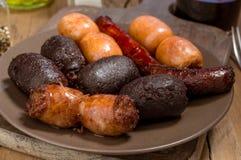 Un bon nombre de saucisse espagnole rôtis en poterie de terre Photos stock