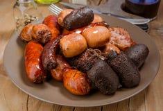 Un bon nombre de saucisse espagnole rôtis en poterie de terre Images stock
