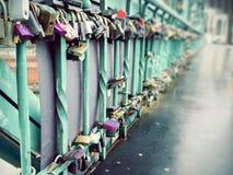 Un bon nombre de serrures sur un pont Photographie stock libre de droits