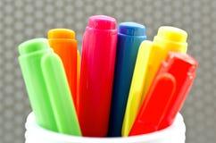 Un bon nombre de stylos de marqueur assortis de couleurs images stock