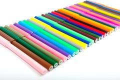 Un bon nombre de stylos de marqueur assortis de couleurs d'isolement sur le fond blanc Images stock