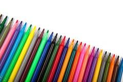 Un bon nombre de stylos de marqueur assortis de couleurs d'isolement sur le fond blanc Photos stock