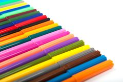 Un bon nombre de stylos de marqueur assortis de couleurs d'isolement sur le fond blanc Photo stock