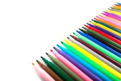 Un bon nombre de stylos de marqueur assortis de couleurs d'isolement sur le fond blanc Images libres de droits