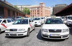 Un bon nombre de taxis blancs Images libres de droits