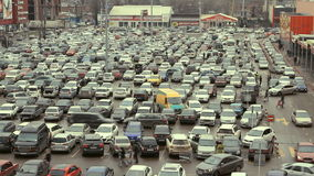 Un bon nombre de véhicules stationnant dans la ville clips vidéos