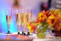 Un bon nombre de verres de champagne Images stock