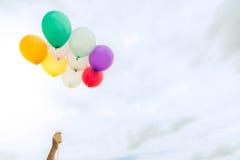 Un bon nombre des ballons colorés sur le ciel bleu, du concept de l'amour en été et de valentine, épousant la lune de miel Image libre de droits