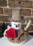 Un bonhomme de neige avec une rose rouge en hiver Photographie stock