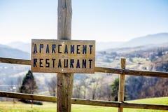 Un borad arbolado que indicó el restaurante del estacionamiento en lengua catalana Fotos de archivo libres de regalías