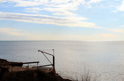 Un bord de mer adriatique et un vieux bateau (Monténégro, hiver) images stock