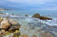 Un bord de mer Mer transparente sous le temps nuageux Images libres de droits
