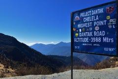 Un bord scritto circa il più alto punto di Chelela PassThe fra mtrs di altitudine 3988 della valle di Haa e di Paro fotografia stock