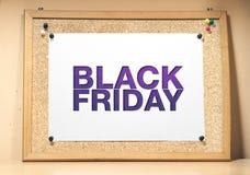 Un bordo del sughero con un foglio di carta bianco Manifesto di Black Friday fotografie stock libere da diritti