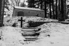 Un bosque con las lápidas mortuarias cruzadas cristianas imagen de archivo