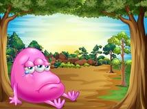 Un bosque con un monstruo gordo triste de la gorrita tejida Fotografía de archivo