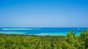Un bosque y una opinión azul profunda del mar del amor del bukit imagen de archivo