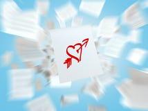 Un bosquejo del corazón con la flecha de amor en el papel blanco del vuelo Imagenes de archivo