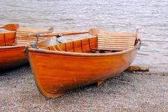 Un bote de remos en el borde del lago Imágenes de archivo libres de regalías